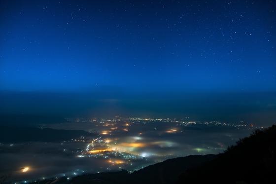 김훈은 과거와 현재, 미래를 잇는 별을 이야기했지만, 나는 현재의 공간과 공간을 이어주는 별이 너무나도 고맙다. 한국 하늘에 떠 있는 별과 일본 하늘에 뜨는 별은 같다. 밟고 서 있는 땅이 다를 뿐이다. [사진 pxhere]