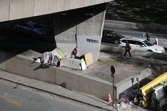 프랑스 파리 고가 밑에 이민자가 사용하는 텐트가 설치돼 있다. [AP=연합뉴스]