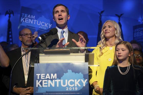 5일 미 켄터키주 주지사 선거에서 민주당 후보인 앤디 비시어 주 법무장관이 승리를 선언하고 있다.[AP=연합뉴스]