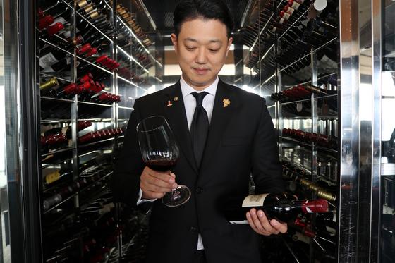 박민욱 파크 하얏트 부산 소믈리에가 와인을 테스트하고 있다. [사진 파크 하얏트 부산]