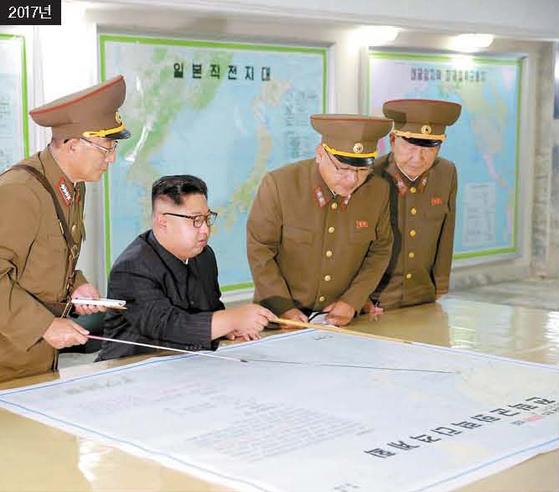 김정은 북한 국무위원장이 2017년 8월 전략군 사령부를 방문해 '괌 포위공격'을 위한 화력타격계획을 점검하고 있다. [조선중앙통신 =연합뉴스]