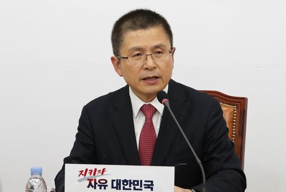 자유한국당 황교안 대표가 6일 오후 국회에서 기자 간담회를 하고 있다. [연합뉴스]