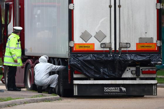 영국 경찰이 에식스 주 그레이스에서 시신 39구가 발견된 대형 트럭 컨테이너를 살펴보고 있다. [로이터=연합뉴스]