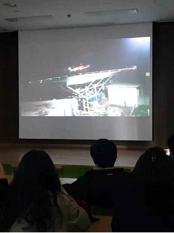 독도 소방헬기 추락사고 실종자 가족들이 지난 6일 대구 강서소방서에서 KBS가 촬영한 사고 전 헬기 모습을 담은 원본 영상을 보고 있다. [연합뉴스]