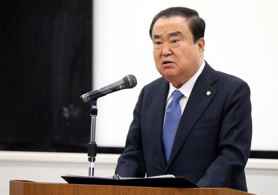 문희상 국회의장이 지난 5일 일본 도쿄 와세다대학교에서 '제2의 김대중-오부치 선언, 문재인-아베 선언을 기대합니다'라는 제목으로 특강을 하고 하고 있다. 문 의장은 이날 강연 중 아키히토 상왕 관련 인터뷰 내용에 대해 사과 의사를 밝혔다. [연합뉴스]