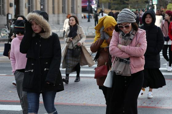 서울의 아침 최저기온이 6도를 기록하는 등 쌀쌀한 날씨를 보인 7일 오전 서울 종로구 세종대로사거리 횡단보도에서 두터운 옷차림의 외국인관광객이 발걸음을 재촉하고 있다. 기상청은 절기상 겨울이 시작된다는 입동인 내일은 내륙 지역을 중심으로 오전에 영하의 기온을 보이며 올 가을들어 가장 추운 날씨를 보이겠다고 밝혔다. [뉴스1]