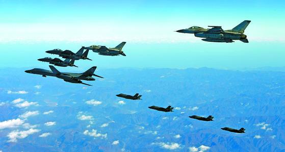한반도 상공 비행하는 미 B-1B 랜서와 한미 양국 전투기들. [사진 공군]