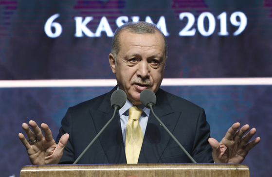 레세프 타이이프 에르도안 터키 대통령이 6일(현지시간) 터키 앙카라 대학에서 연설을 하고 있다. 그는 이 자리에서 미군의 특수작전 과정에서 자살한 IS 수장 아부 바크르 알바그다디의 아내를 붙잡고 있다고 밝혔다.[AP=연합뉴스]
