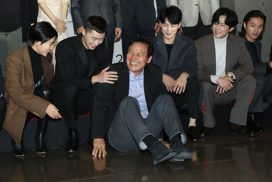 아시아나국제단편영화제 개막식에서 안성기 집행위원장(가운데)이 후배 배우들과 기념사진을 촬영하고 있다. [연합뉴스]