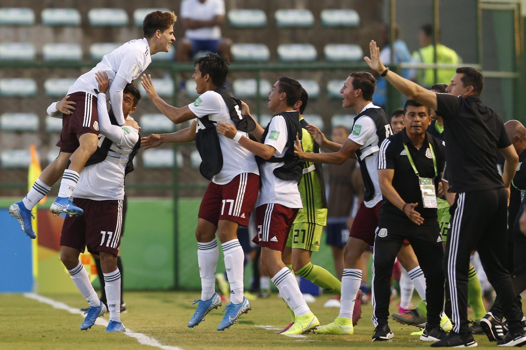 7일 일본과 U-17월드컵 16강전에서 골을 터트린 뒤 기뻐하는 멕시코 선수들. [AP=연합뉴스]