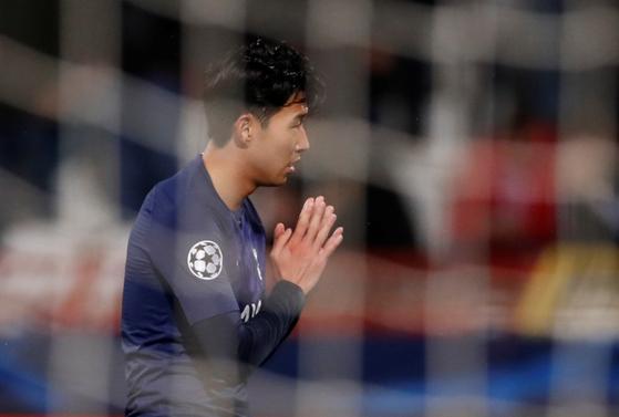 손흥민이 6일(현지시간) 2019-2020 시즌 유럽축구연맹(UEFA) 챔피언스리그 B조 4라운드에서 팀의 2번째 골을 넣은 뒤 두 손을 모으고 있다. [로이터=연합뉴스]