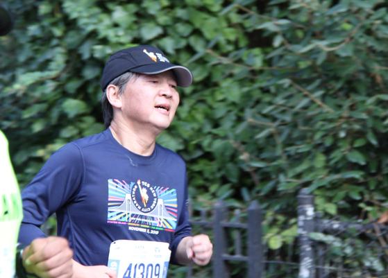 지난 3일 뉴욕시티마라톤에 참가해 달리고 있는 안철수 전 바른미래당 대표. [연합뉴스]