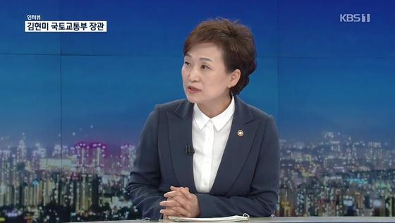 김현미 국토교통부 장관이 6일 KBS 1TV '9시 뉴스'에 출연해 분양가 상한제 문제와 관련 입장을 밝히고 있다. [KBS 캡처=연합뉴스]