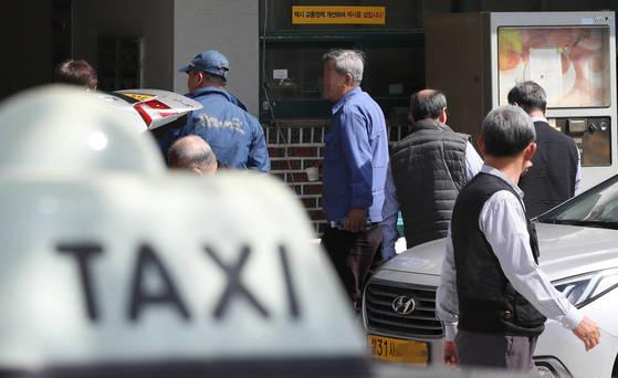 서울의 한 LPG 충전소에 택시 기사들이 드나들고 있다. [연합뉴스]