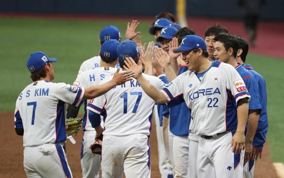 한국 야구대표팀이 8일 고척돔에서 열린 프리미어12 조별리그 3차전에서 쿠바를 꺾고 3전 전승으로 일본에서 열리는 수퍼 라운드에 진출했다. [뉴스1]