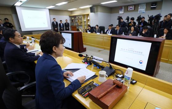김현미 국토교통부 장관이 지난 6일 세종시 정부세종청사 국토교통부에서 열린 주거정책심의위원회에서 모두발언하고 있다. 이날 서울 27개 동이 분양가 상한제 지역으로 지정됐다.