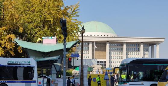 형제복지원 사건의 피해자인 최승우 씨가 국회의사당역 6번 출구 지붕에서 단식 농성을 하고 있다. 윤성민 기자
