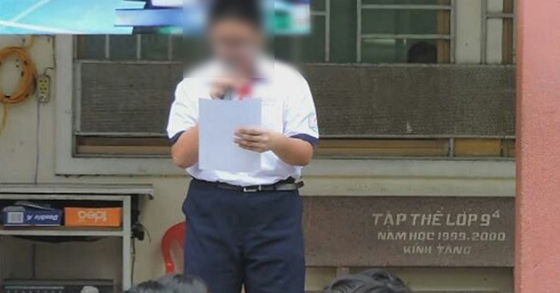 '안티 BTS 페북'을 운영한 베트남 중학생이 전교생 앞에서 반성문을 낭독하고 있다. [베트남넷 웹사이트 캡처=연합뉴스]