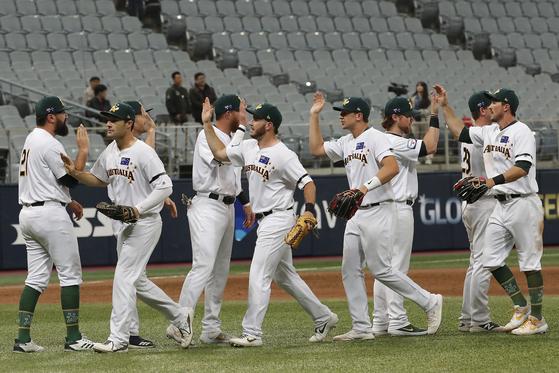 호주 야구대표팀이 8일 서울 고척돔에서 열린 프리미어 12 서울라운드 2조 경기에서 캐나다를 꺾고 기뻐하고 있다. [AP=연합뉴스]
