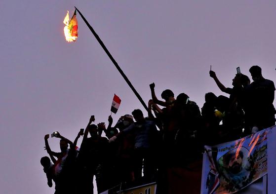 바그다드에서 이라크 반정부 시위대가 이란 국기를 불태우고 있다. [AP=연합뉴스]