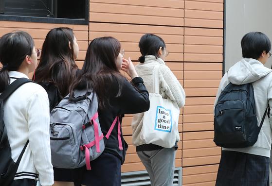 2020년 대학수학능력시험을 한달 앞두고 수능 전 마지막 전국 모의고사가 치러진 지난달 15일 대구의 한 여고 학생들이 등굣길 발걸음을 재촉하고 있다. [뉴스1]