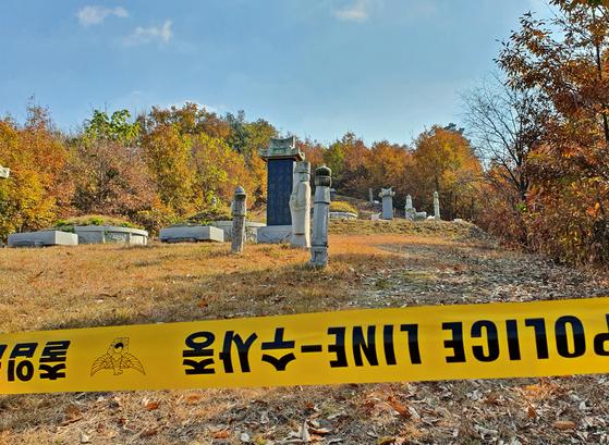 지난 7일 오전 충북 진천군 초평면 선산에 폴리스라인이 설치돼 있다. 이날 한 남성이 시제 도중 종중원에게 인화 물질을 뿌리고 불을 붙여 1명이 숨지고 10명이 중경상을 입었다. [연합뉴스]