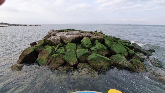 지난 5일 서해 백령도 '점박이물범 인공쉼터'. 바위가 뒤틀리면서 중하단부의 바위의 뾰족한 모서리 부위가 돌출된 모습을 하고 있다. [사진 환경안보아케데미]