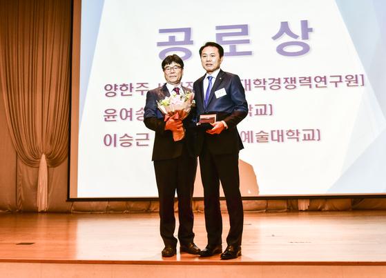 공로상을 수상한 이승근 기획부총장(우).
