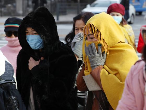 입동인 8일 전국의 아침 기온이 뚝 떨어져 춥겠다. 추위는 낮부터 풀리겠다. 서울의 아침 최저기온이 6도를 기록하는 등 쌀쌀한 날씨를 보인 7일 오전 서울 종로구 세종대로사거리 횡단보도에서 두터운 옷차림의 외국인관광객이 몸을 움츠리고 발걸음을 재촉하고 있다. [뉴스1]
