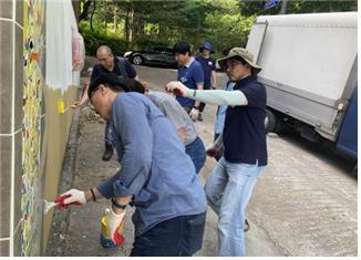 서울시가 운영하는 집수리 아카데미의 수강생들이 페인트 실습을 하고 있다.[사진 서울시]