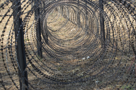 지난 7일 경기도 연천군 임진강변에 아프리카돼지열병(ASF) 확산 방지와 야생멧돼지 이동을 막기 위한 철조망이 설치되어 있다. [연합뉴스]