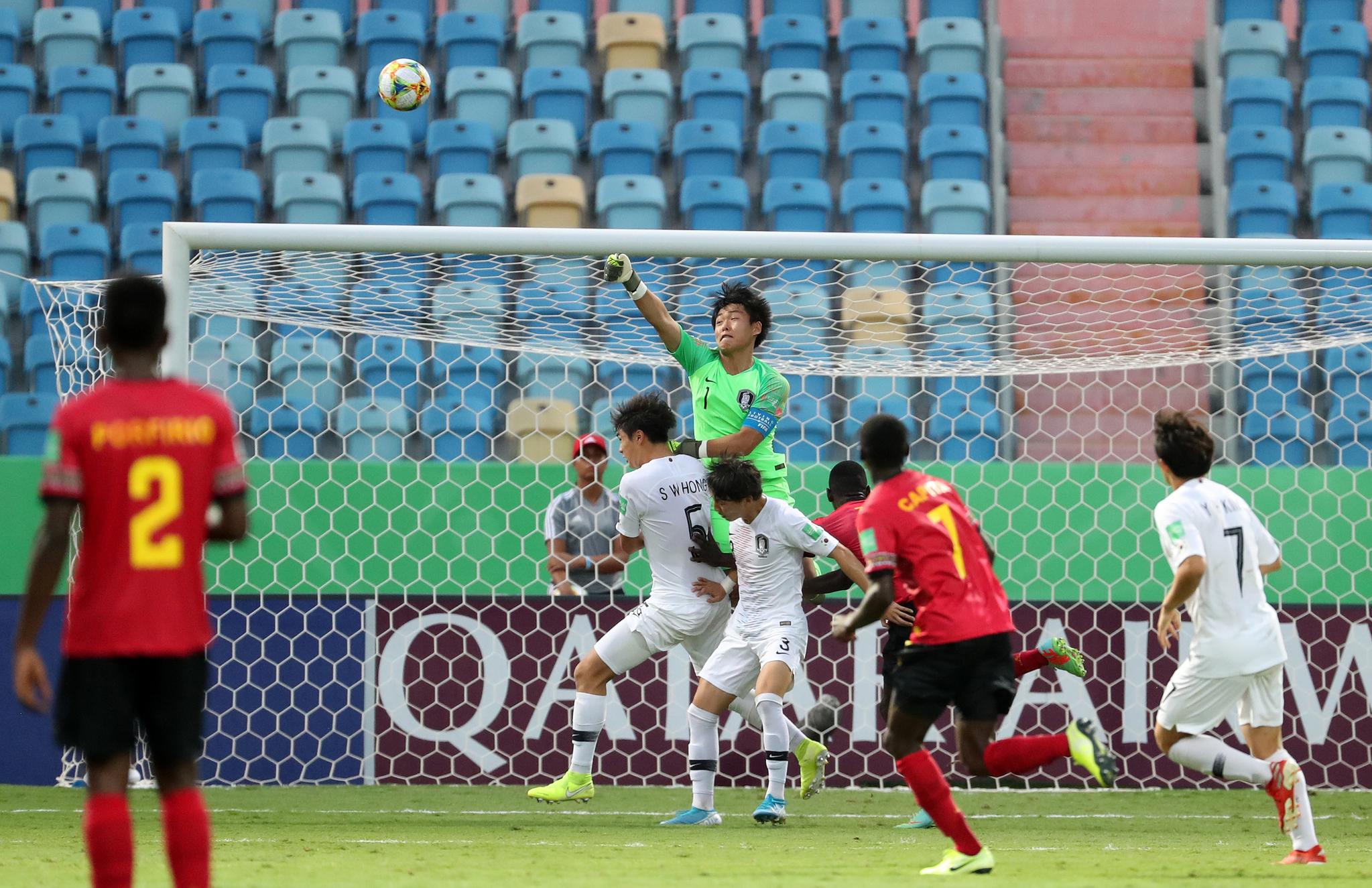 신송훈이 U-17 월드컵 앙골라와 16강전에서 결정적인 상대 중거리 슛을 펀칭으로 막아내고 있다. 신송훈은 키 1m80㎝로 골키퍼로는 작은 편이지만, 신들린 선방을 보여줬다. [연합뉴스]