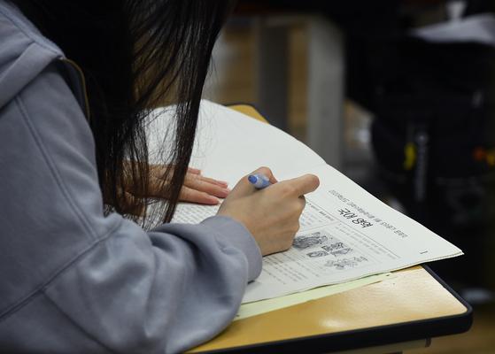 2019년 전국연합학력평가 치러진 지난 9월 4일 오전 서울 영등포구 여의도여자고등학교에서 고3 수험생들이 1교시 국어영역 시험을 보고 있다. [뉴스1]