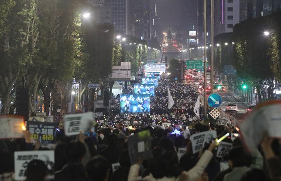 지난 주말인 2일 서울 서초역 인근에서 진보 성향의 시민들이 공수처 설치 촉구 집회를 벌이고 있다. [연함뉴스]