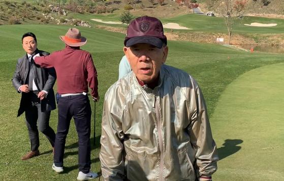 전두환 전 대통령이 강원도 홍천의 한 골프장에서 지인들과 함께 골프를 치는 모습이 포착됐다. [연합뉴스]