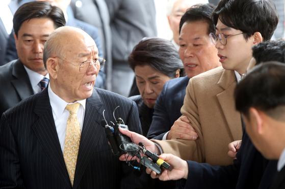 고(故) 조비오 신부에 대한 사자명예훼손 혐의로 기소된 전두환씨가 지난 3월 11일 광주지법에 들어서기 앞서 취재진의 질문을 받고 있다. [뉴시스]