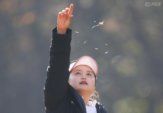 ADT캡스 챔피언십에서 상금, 최저타수 타이틀 지키기에 나설 최혜진. 9일 열린 대회 2라운드 3번홀에서 티샷 전 바람을 확인하고 있다. [사진 KLPGA]