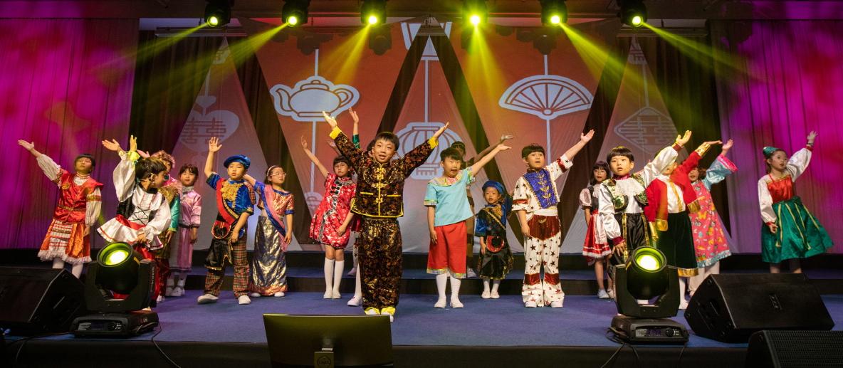 8일 부산 해운대에 위치한 파라다이스호텔 부산 그랜드볼룸에서 열린 '제4회 아이소리앙상블 부산반 정기연주회'에서 단원들이 멋진 율동과 노래를 선사하고 있다.송봉근 기자