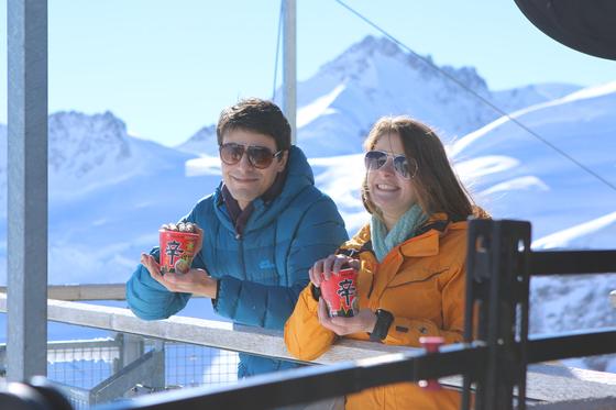 관광객들이 해발 3454m에 위치한 스위스 융프라우에서 신라면을 즐기고 있다. [사진 농심]