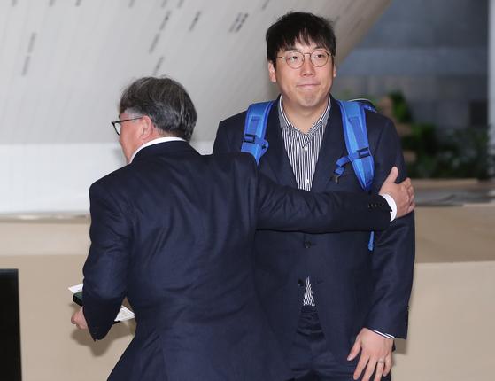 김경문 감독이 9일 일본으로 떠나기 전 주장 김현수의 어깨를 두드리고 있다. [뉴스1]