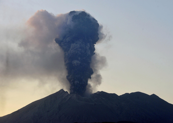 8일 오후 5시 25분께 일본 가고시마(鹿兒島)현의 화산인 사쿠라지마가 분화하면서 분연(噴煙·화산 분화구에서 연기처럼 솟아오르는 화산가스나 알갱이가 작은 화산재)이 치솟고 있다. [교도=연합뉴스]