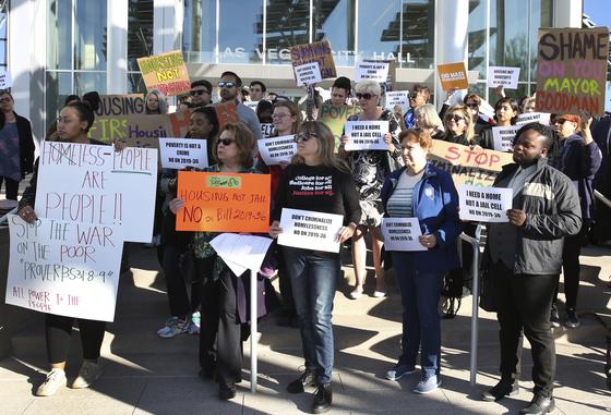 지난 6일 라스베이거스 시청 앞에서 노숙자 벌금 부과 조례안 시행에 항의하는 시민들. [AP=연합]