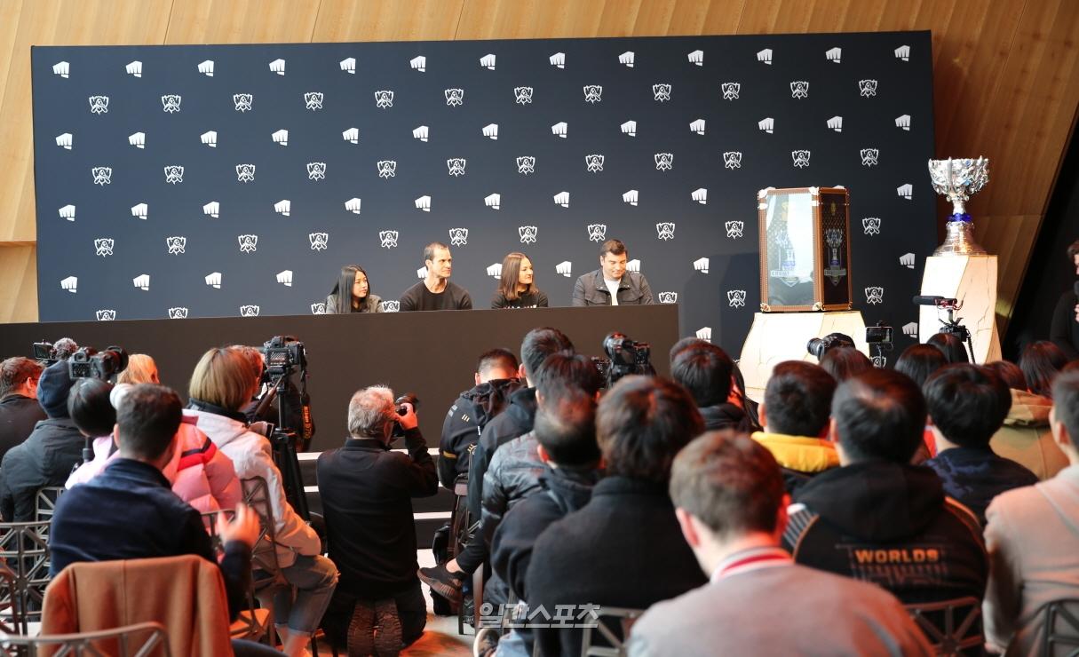 8일(현지시간) 프랑스 파리의 에펠타워 내 `살롱 구스타브 에펠`에서 열린 `2019 롤드컵 결승전 미디어데이`에서 글로벌 미디어들이 질문하고 있다.
