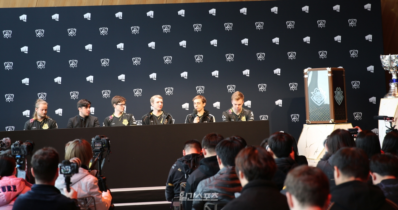 8일(현지시간) 프랑스 파리의 에펠타워 내 `살롱 구스타브 에펠`에서 열린 `2019 롤드컵 결승전 미디어데이`에서 G2의 캡스(오른쪽에서 두번째)가 기자의 질문에 답하고 있다.