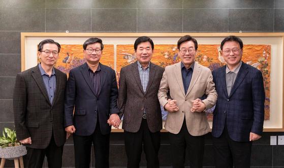 이재명 경기도지사가 10일 오후 트위터에 올린 더불어민주당 의원들과의 만찬 기념사진. (왼쪽부터) 정성호 의원, 전해철 의원, 김진표 의원, 이 지사, 박광온 의원.