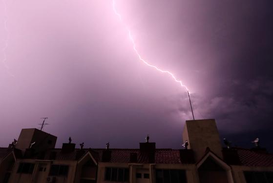 지난 9월 30일 밤 제주시 이도동의 한 아파트 피뢰침에 번개가 내리치고 있다. [사진 제주도의회 제공=뉴스1]