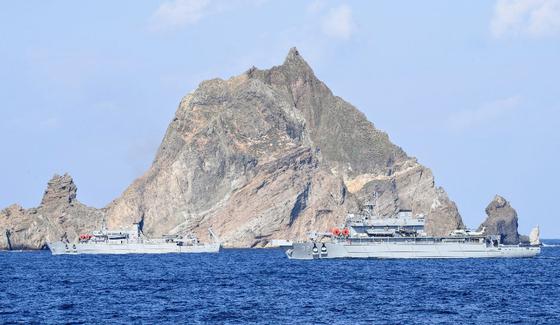 6일 독도 해역 소방헬기 추락사고 현장에 투입된 3500t급 해군 수상함구조함 광양함(ATS-32, 오른쪽)이 탐색·구조작전 임무를 수행하고 있다. [사진 해군]