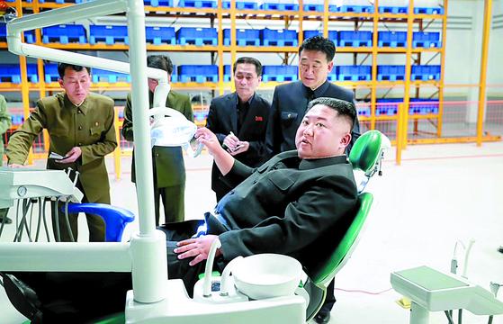 김정은 북한 국무위원장이 현대화 공사가 진행중인 묘향산의료기구공장을 시찰했다고 조선중앙TV가 지난달 27일 보도했다. 이후 김 위원장은 공개활동을 중단했다. [사진 연합뉴스]