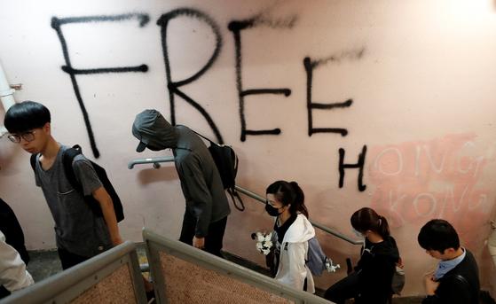 9일 밤 홍콩 주말 시위에서는 경찰이 쏜 최루탄을 피하려다 숨진 것으로 알려진 차우츠록을 추모하는 집회가 열렸다. [로이터=연합뉴스]