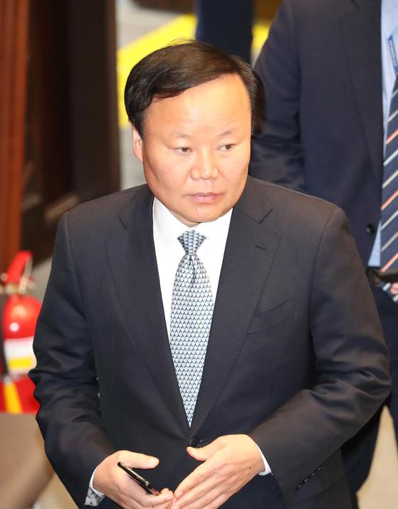 김재원 예결위원장이 6일 오후 국회에서 열린 예산결산특별위원회 전체회의에 들어서고 있다. [연합뉴스]